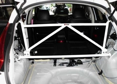 "UltraRacing ""4-Point C-Pillar Cross Bar"" Nissan Juke"